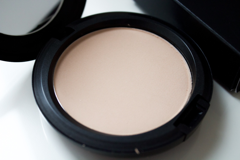 Mac Bloat Powder in Medium